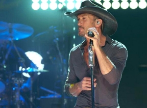 tim-mcgraw-diamond-rings-and-old-barstools